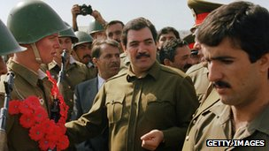 Najibullah with Soviet soldiers, 1986