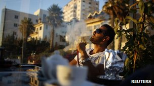 Palestinian man smokes a sheesha in Ramallah (4 July 2012)
