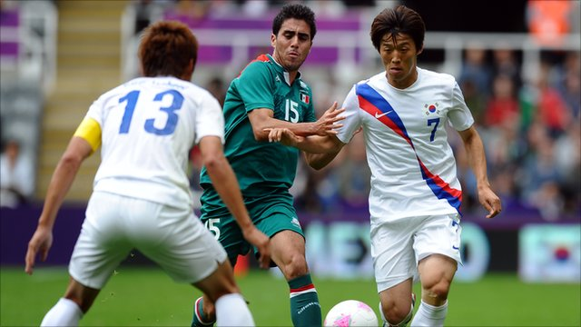 Jacheol Koo, Nestor Vidrio and Bokyung Kim battle for possession