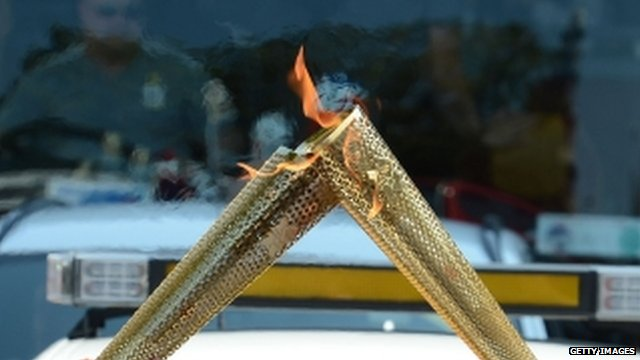 Olympic torch &#039;kiss&#039;