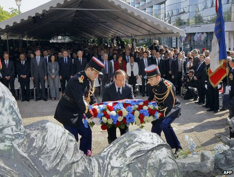 French President Francois Hollande places a wreath at the site of the Velodrome d'hiver round-up in Paris, 22 July 2012