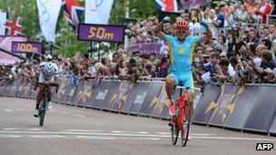 Alexandre Vinokourov of Kazakhstan winning the men's road race