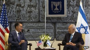 Israeli President Shimon Peres (R) meets with US Republican presidential hopeful Mitt Romney in Jerusalem