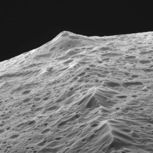 Iapetus' equatorial ridge