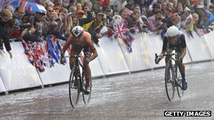 Lizzie Armitstead (r) in the sprint for the finish
