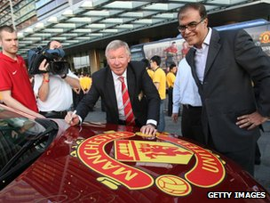 Alex Ferguson signs a car 