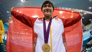 China&#039;s swimming gold medallist Ye Shiwen holds a Chinese national flag after the podium ceremony of the women&#039;s 200m individual medley final at the London 2012 Olympic Games, 31 July 2012
