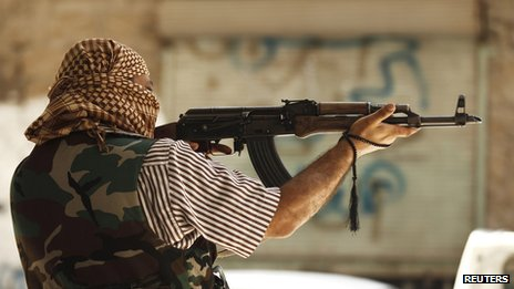 A member of the Free Syrian Army aims his weapon in Aleppo's district of Salah Edinne (31 July 2012)