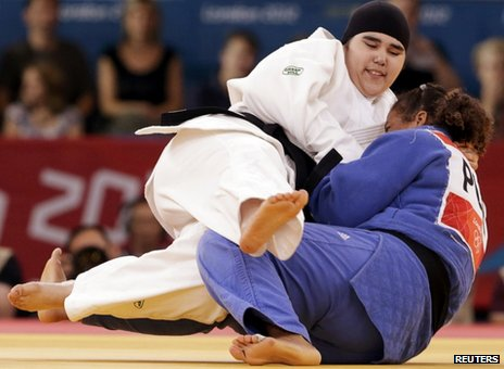 Wojdan Shaherkani fights Melissa Mojica during their judo match at the London Olympics (3 August 2012)