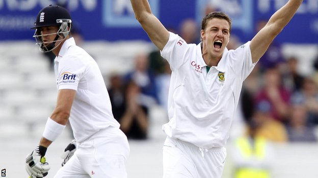 Morne Morkel appeals for lbw against Kevin Pietersen