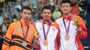 China's Lin Dan (C) Chen Long (R) and Malaysia's Lee Chong Wei (L) pose with their medals after the Men's Singles badminton medal matches at the London 2012 Olympic Games in London, 5 Aug 2012