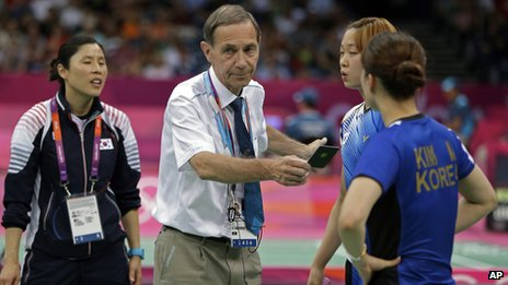 Head badminton referee Torsten Berg, center left, issues a black card to South Korea's Ha Jung-eun and Kim Min-jung (right)