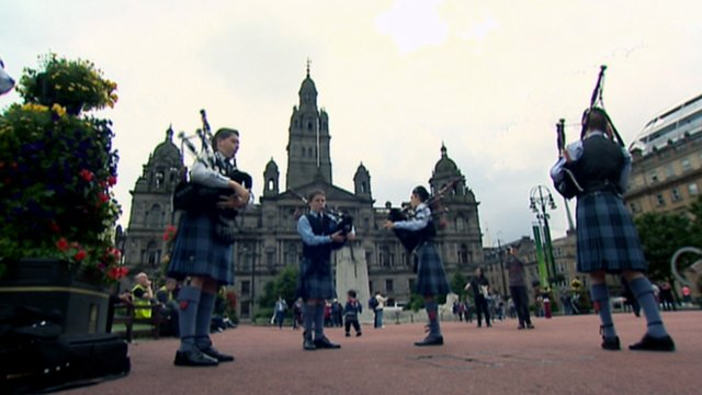 Pipe band in Glasgow&#039;s George Square