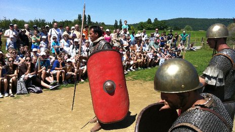 Actors at the Alesia MuseoParc teach Roman tactics