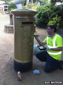 Sark&#039;s post box being painted gold