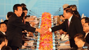 Chinese negotiator Chen Yunlin shakes hands with Taiwan&#039;s envoy Chiang Ping-kun