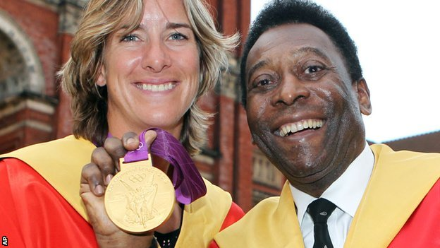 Katherine Grainger shows off her Olympic rowing gold medal to Pele