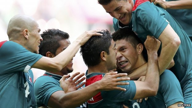 Mexico football team celebrate Oribe Peralta&#039;s goal