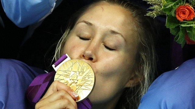 Norwegian handball player kisses gold medal