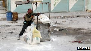 A rebel fighter in Salah al-Din in Aleppo (13 Aug 2012)