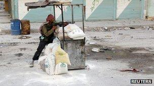 A rebel fighter in Salah al-Din in Aleppo (13 Aug 2012)