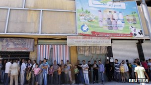 Queue for food in Aleppo, Syria (11 Aug 2012)