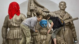 Supporters of Pussy Riot place balaclavas on a statue in a Moscow underground station (17 Aug 2012)