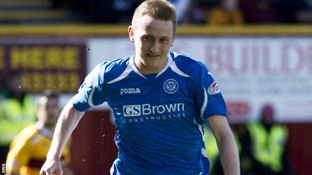 Derek Riordan in action for St Johnstone