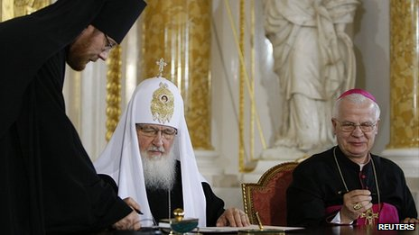 Russia&#039;s Patriarch Kirill and Poland&#039;s Archbishop Jozef Michalik sign joint appeal, 17 Aug 12