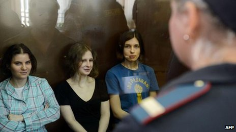 (L-R) Yekaterina Samutsevich, Maria Alyokhina and Nadezhda Tolokonnikova in court on 17 August