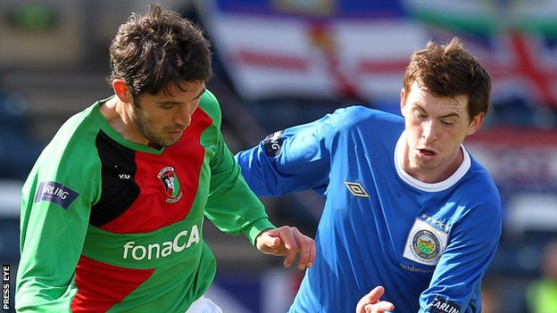Glentoran's Stephen Carson and Linfield's Billy Joe Burns
