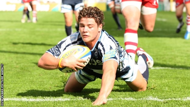 Harry Robinson scoring the Blues' try
