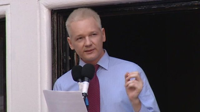 Julian assange appears on ecuadorean embassy balcony bbc for Julian balcony