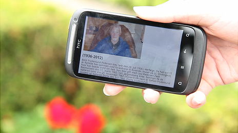 Dorthe Frydenlund's father's picture and life summary held in a chip and downloaded on a smartphone