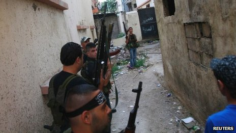 Sunni gunmen take position in Tripoli's Bab al-Tabbana district (21 August 2012)