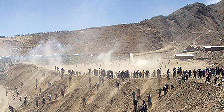Miners fighting at the Huanuni facility in 2006