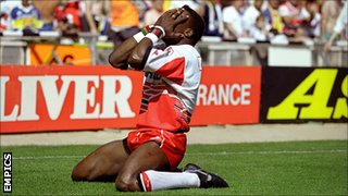 Martin Offiah celebrates his famous try in the 1994 Challenge Cup final