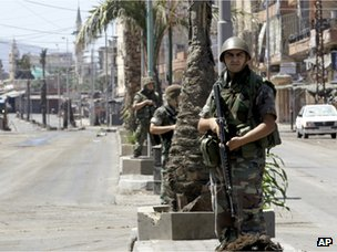 Lebanese soldiers deployed along Syria Street in Tripoli (23 August 2012)
