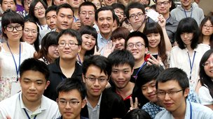 Taiwanese President Ma Ying-jeou (C) poses for a photo with a group of Chinese students in Tainan, 28 Apr 2012 (Picture courtesy Chinese Youth International)