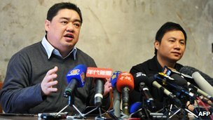 Wang Dan (R) and Wu'er Kaixi, leaders of the 1989 Tiananmen protests, give a press conference in Taipei, 27 Jan 2011