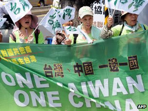 Anti-China demonstrators displays banners reading 'one Taiwan, one China ' during a protest outside the Straits Exchange Foundation in Taipei, 8 Aug 2012