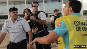Police clash with strikers outside the Planalto on 23 August