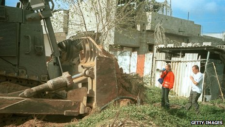 Rachel Corrie stands in front of an Israeli army bulldozer in Rafah (16 March 2003)