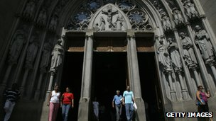 Catholic worshippers leave the Se cathedral in downtown Sao Paulo, Brazil, after praying on 29 March 2008