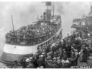 Australia-bound emigrants prepare to leave Liverpool, 1913