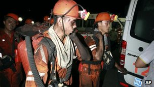 Rescue efforts for the remaining miners trapped are hampered by high temperature