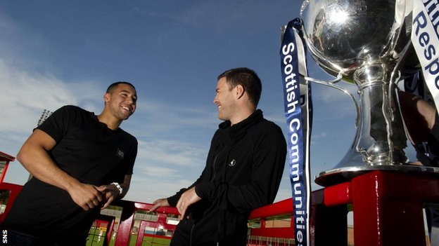 Rangers' Kane Hemmings and Motherwell's Simon Ramsden