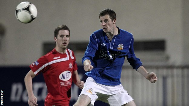 Portadown's Richard Leckey in action against Sean McCashin of Glenavon