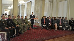 Juan Manuel Santos flanked by commanders of the Armed Forced and ministers on 4 September 2012