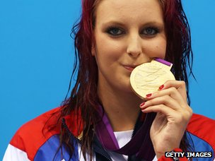 Jessica-Jane Applegate kisses her gold medal